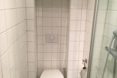 indbygnings toilet med skjulte rør