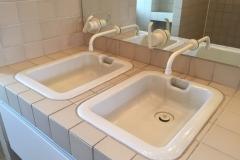 håndvask med indbygget armatur i spejl